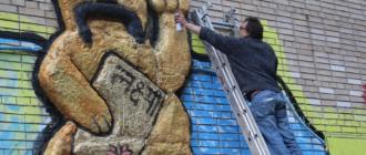 Граффити японского кота удачи с украинскими усами
